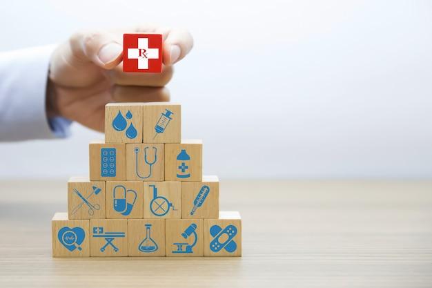 Icone grafiche mediche e sanitarie su blocchi di legno.