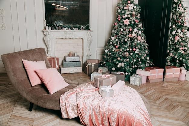 Idea di decorazione di capodanno per un soggiorno con regali sotto un albero di natale.