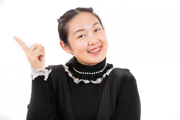 Idea di pensiero della bella giovane donna asiatica del ritratto per il primo piano del lavoro su bianco
