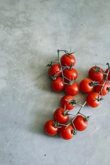 Idea di ricetta di cibo fresco pomodorini biologici