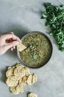 Idea di ricetta di fotografia di cibo di salsa di tomatillo verde fatto in casa