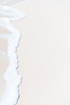 Idilliaca spiaggia tropicale nei caraibi con sabbia bianca, acqua turchese dell'oceano