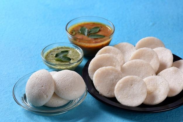 Idli con sambar e chutney di cocco sul blu