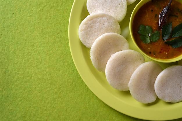 Idli con sambar in ciotola su verde
