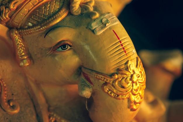 Idolo di dio ganesha realizzato con materiale in gesso di parigi