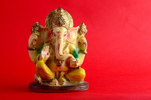 Idolo di ganesha su sfondo rosso