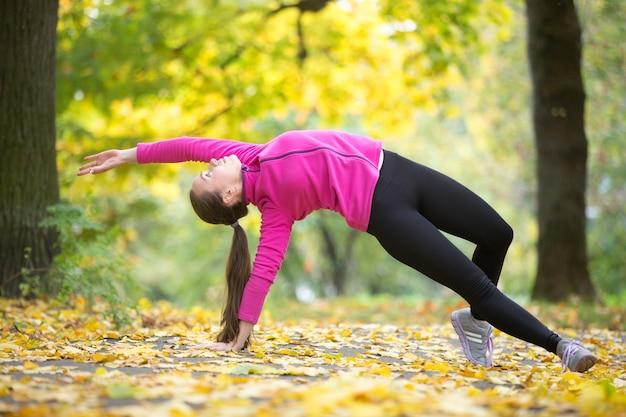 Idoneità di autunno: posa di yoga di wild thing