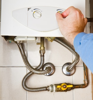 Idraulico al lavoro manutenzione della caldaia a gas