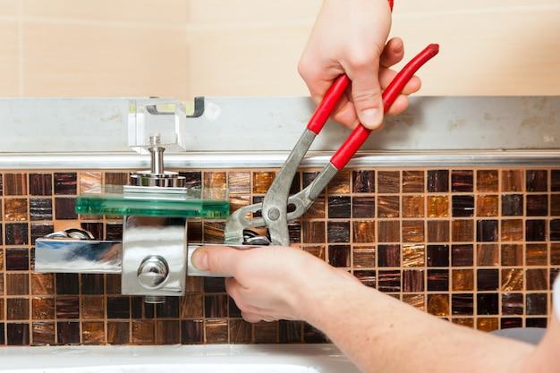 Idraulico che installa un miscelatore in un bagno