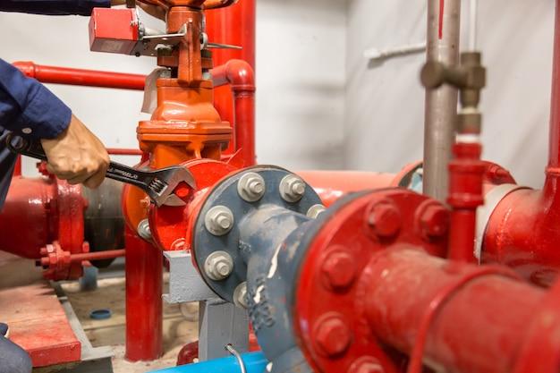Idraulico che ripara e che esegue manutenzione grandi condutture dell'acqua.