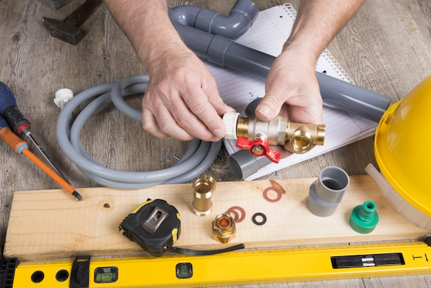 Idraulico fai-da-te con diversi strumenti
