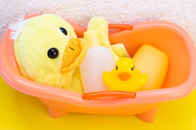 Igiene del bambino e articoli da bagno su un asciugamano
