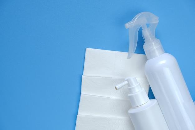 Igienizzante igienizzante. prodotto disinfettante per mani in bottiglie bianche e assorbenti igienici