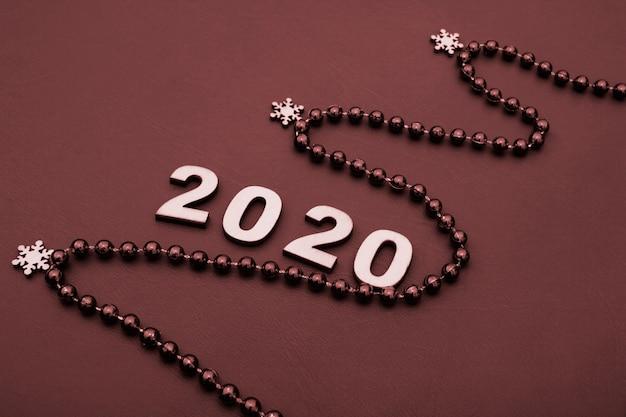 Il 2020 è fiancheggiato da figure in legno.