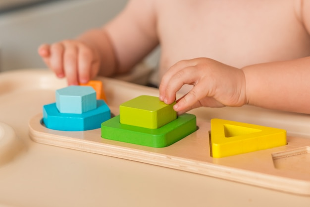 Il bambino a casa sta manipolando il materiale montessori per imparare