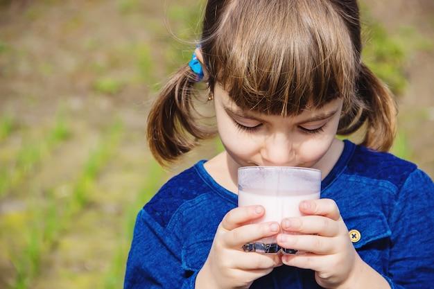 Il bambino beve latte. messa a fuoco selettiva bambini.