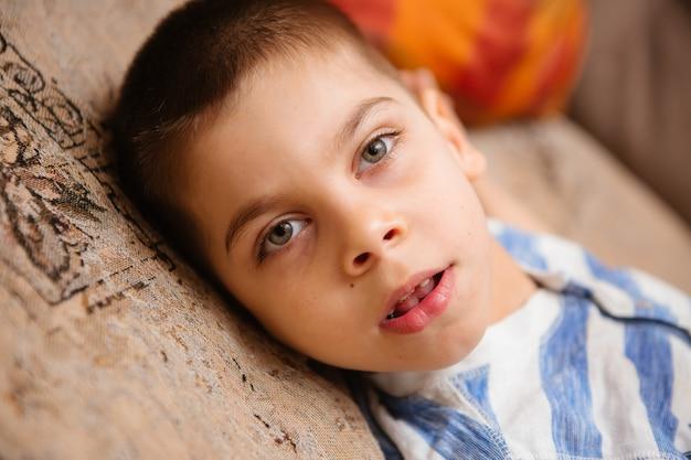 Il bambino con paralisi cerebrale ha una terapia muscolo-scheletrica facendo esercizi di fissaggio del corpo