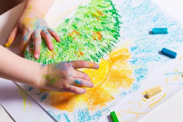 Il bambino disegna i pastelli. creatività per bambini. sviluppo infantile precoce