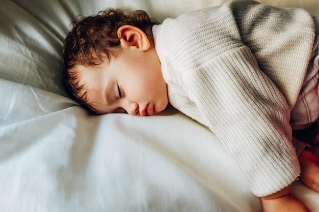 Il bambino dorme pacificamente durante il giorno