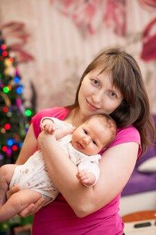 Il bambino dorme tra le braccia della donna madre