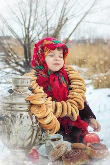 Il bambino è inverno. messa a fuoco selettiva