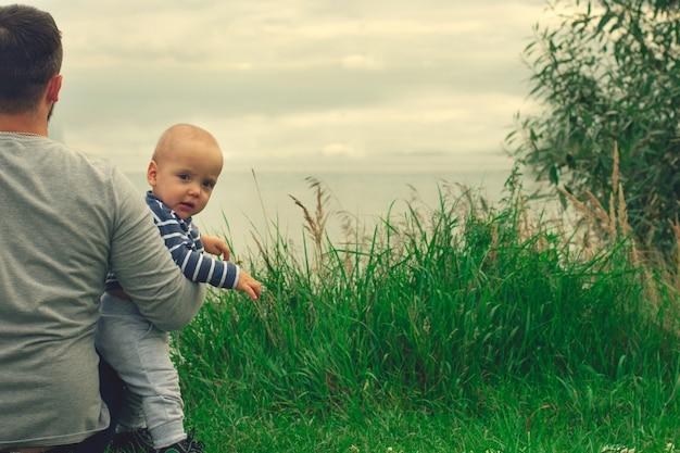Il bambino è tra le braccia di suo padre