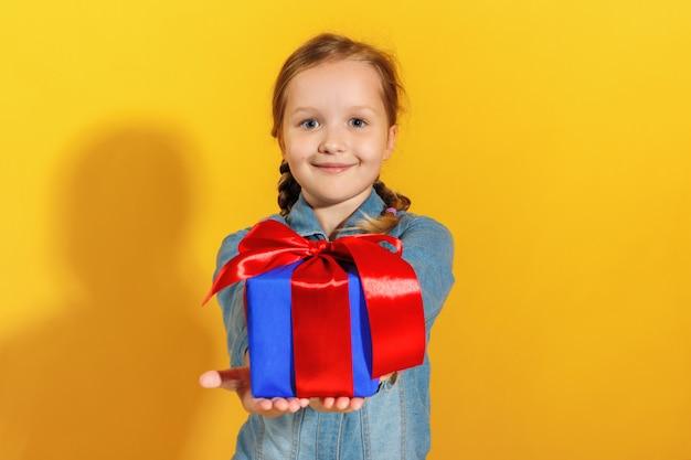 Il bambino felice fa un regalo.