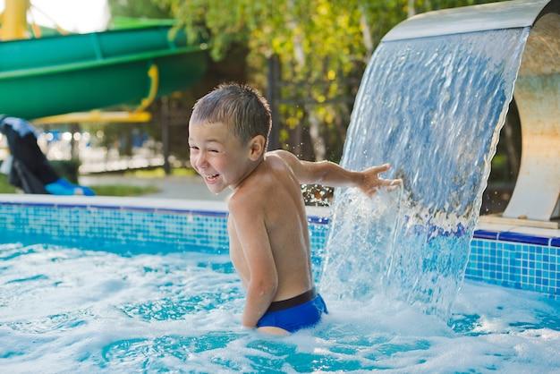 Il bambino gioca nella piscina per bambini