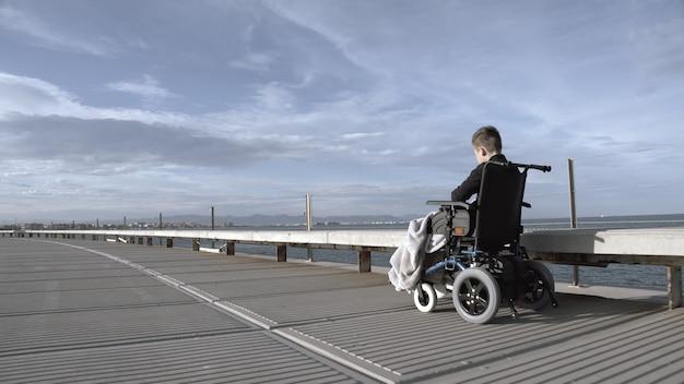 Il bambino handicappato è solo in questo grande mondo attivo.