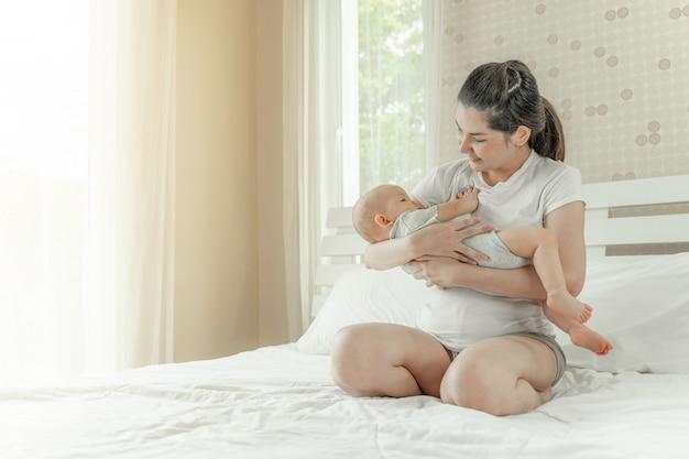 Il bambino nell'abbraccio della madre