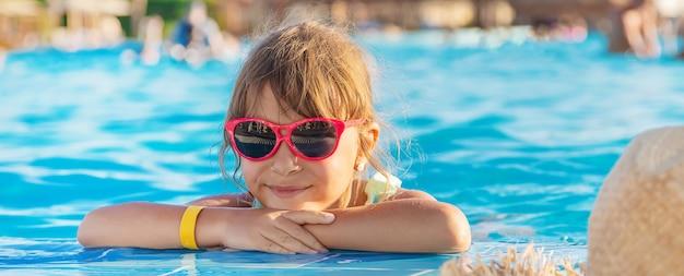 Il bambino nuota e si tuffa in piscina.