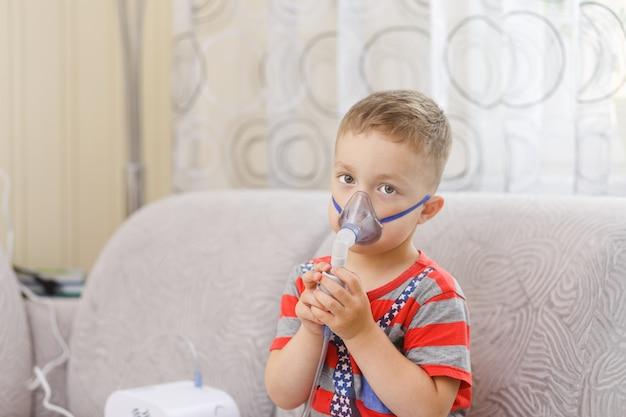 Il bambino piccolo fa l'inalazione terapeutica