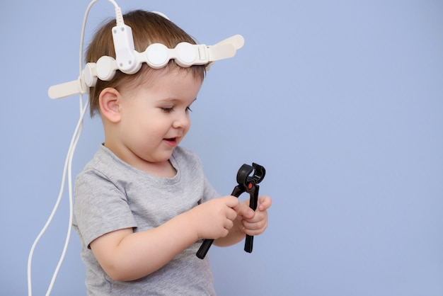 Il bambino prende le procedure magnetoterapiche in ospedale