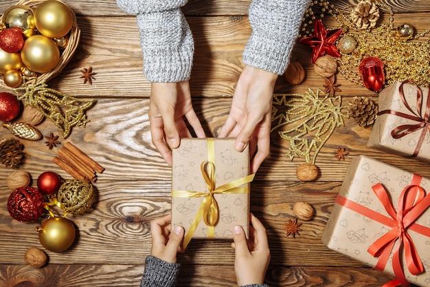 Il bambino prende un regalo
