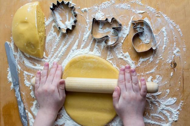Il bambino prepara biscotti fatti in casa