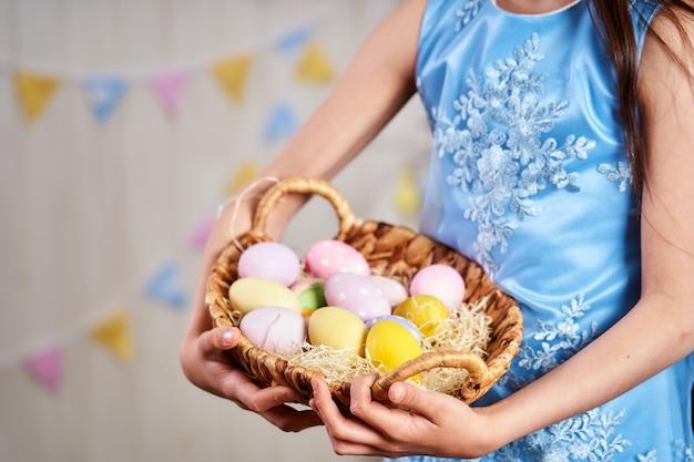 Il bambino si diverte a caccia alle uova di pasqua. celebrazione della pasqua. avvicinamento. copia spazio.