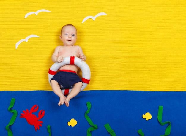 Il bambino si tuffa in una piscina immaginaria. sognando il mare, le vacanze