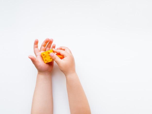 Il bambino sta giocando con blocchi colorati costruttore.