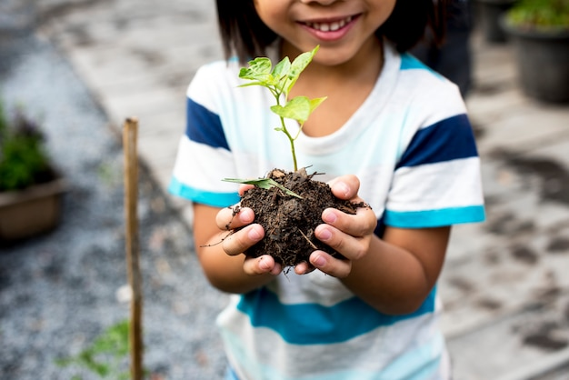 Il bambino sta tenendo le piante