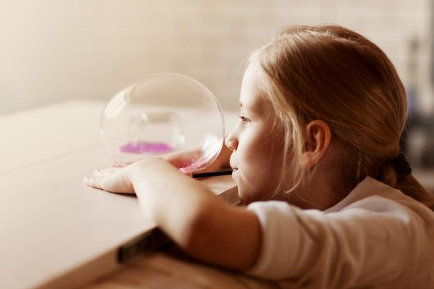 Il bambino tiene in mano un giocattolo chiamato muco, il bambino si diverte e sperimenta.