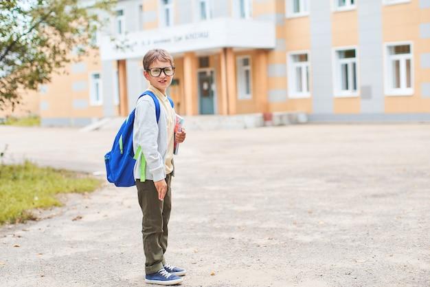 Il bambino va alla scuola elementare