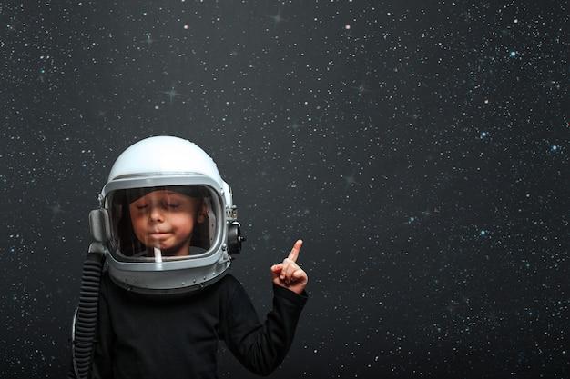 Il bambino vuole pilotare un aeroplano che indossa un casco da aeroplano
