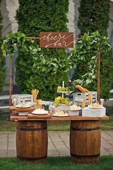 Il bar di formaggio si mette su due botti di legno
