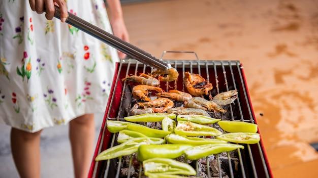 Il barbecue si sta preparando per la cena