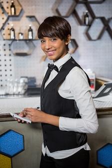 Il barista prende un ordine