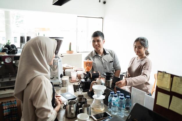 Il barista riceve ordini dai clienti