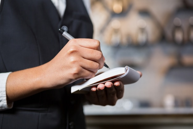 Il barista sta scrivendo un ordine