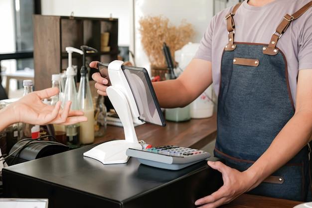 Il barista utilizza lo schermo per ricevere ordini dai clienti.