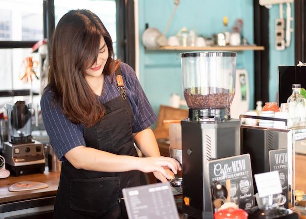 Il bellissimo barista sorride nella sua caffetteria