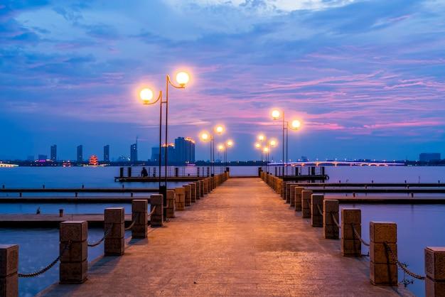 Il bellissimo molo del lago e il cielo a yixing, in cina